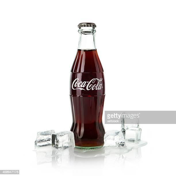 ボトルのコーラに氷を入れます。 - コークス ストックフォトと画像
