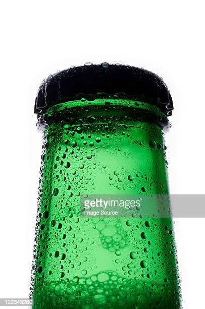 Bouteille de bière blonde, gros plan