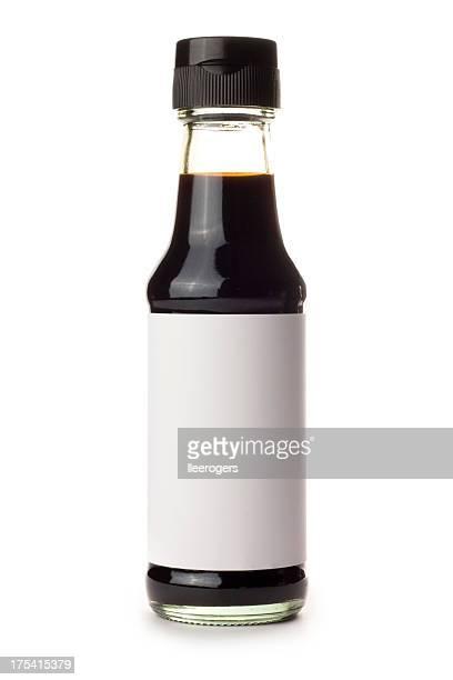 ボトル入りの醤油、ブランク白い背景の上のラベル