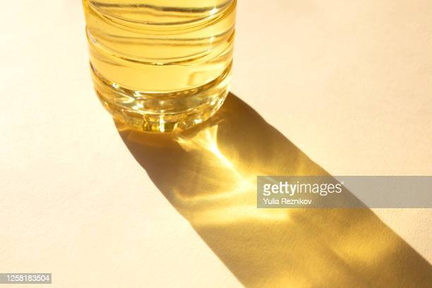 bottle of sunflower oil on the beige background - reflet photos et images de collection