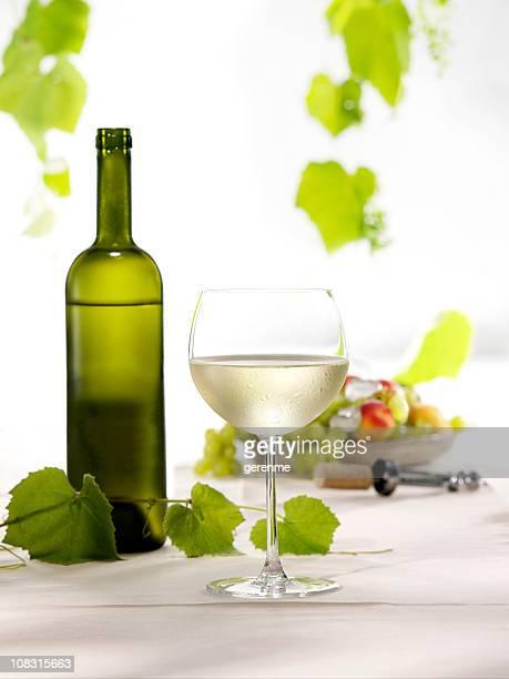 botella y copa de vino blanco - chardonnay grape fotografías e imágenes de stock