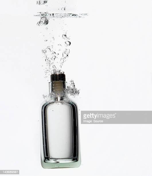 Éclabousser dans l'eau en bouteille
