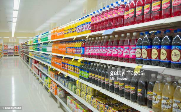 bottled juice on supermarket shelves - rafraîchissement photos et images de collection