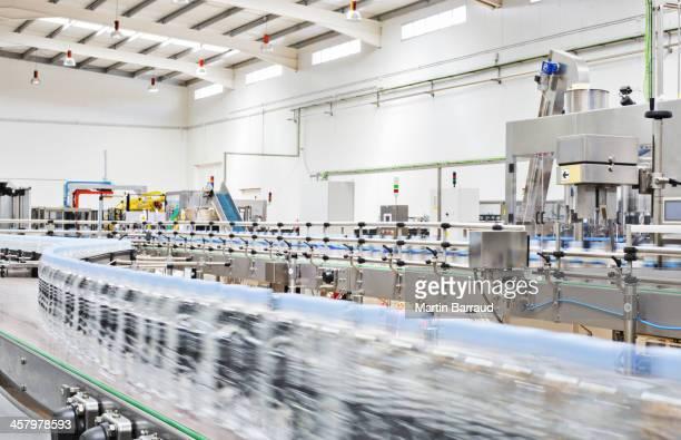 Flaschen auf Förderband in der Fabrik