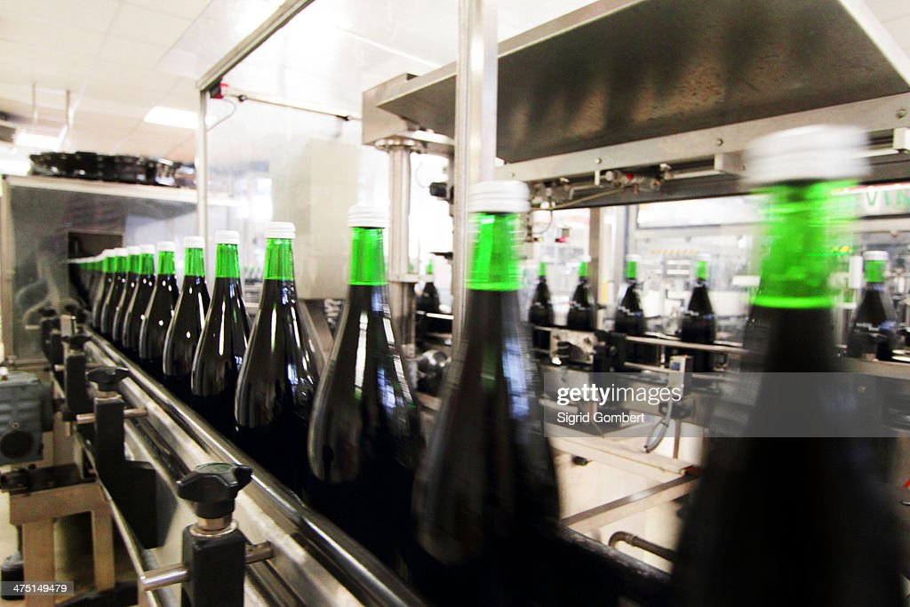 Bottling machine in industrial wine cellar : Stock-Foto