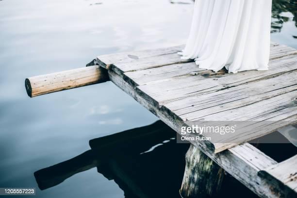 bottom of white dress and bridge - weißes kleid stock-fotos und bilder