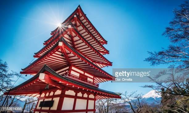 point de vue du bas de la pagode chureito et du mont fuji enneigé, le monument du cénotaphe de fujiyoshida, fujiyoshida, japon - saint eloi photos et images de collection