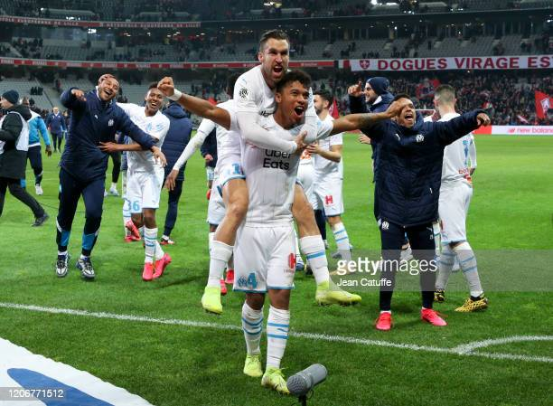 Boubacar Kamara, Kevin Strootman of Marseille and teammates celebrate the victory with the supporters following the Ligue 1 match between Lille OSC...