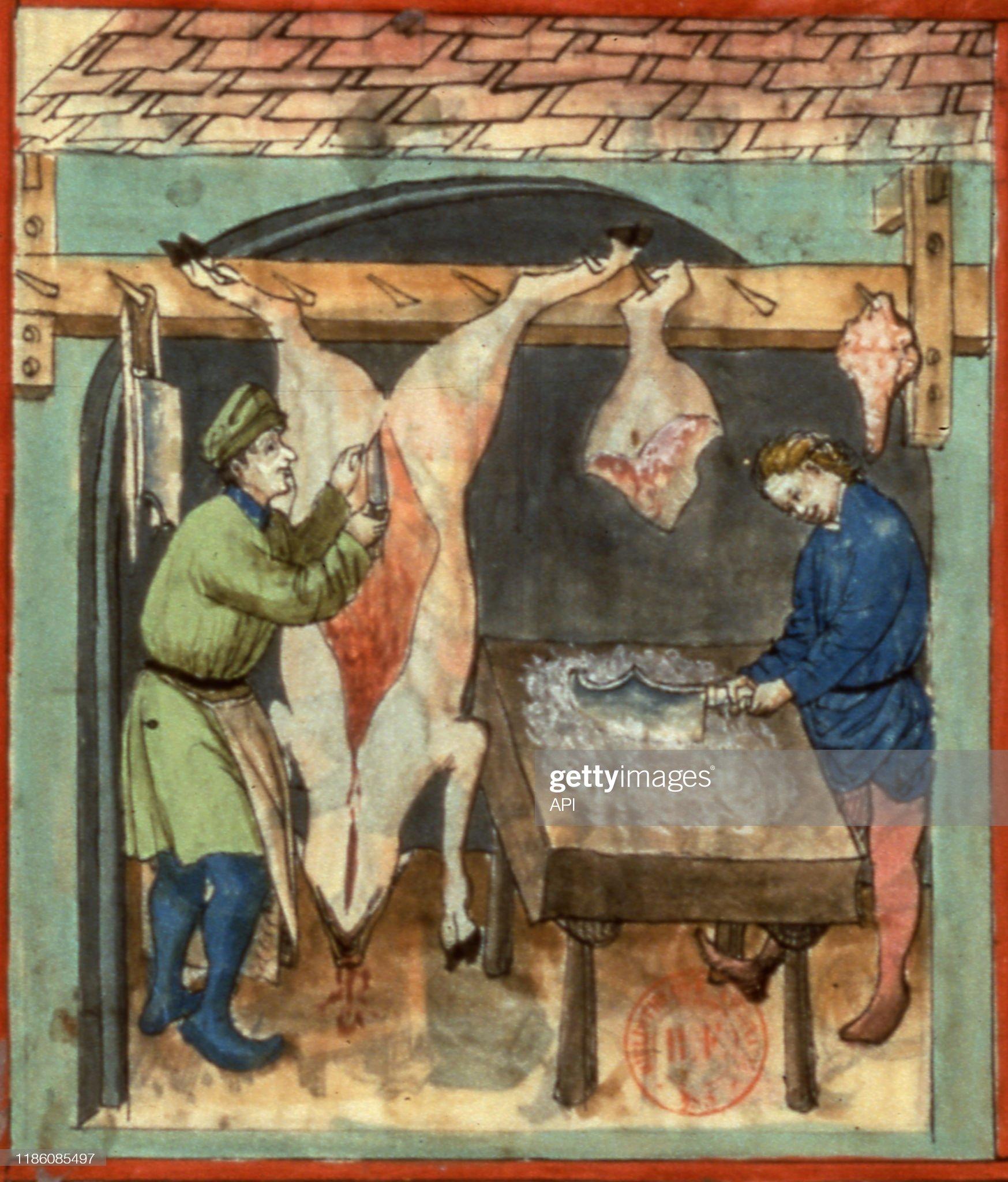 Bouchers dépeçant un pors au Moyen Age : Foto di attualità