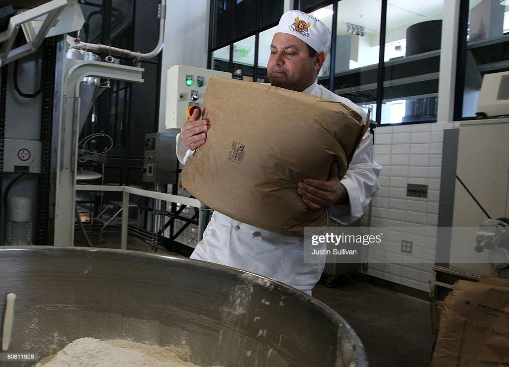 Flour Scarcity Affects San Francisco Sourdough Bread Bakers : Fotografía de noticias