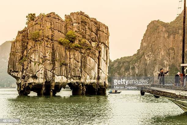 boulder rock above water in ha long bay - merten snijders stock-fotos und bilder