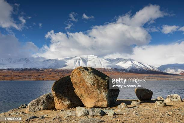 boulders on the shore of khoton lake - jeremy woodhouse stock pictures, royalty-free photos & images