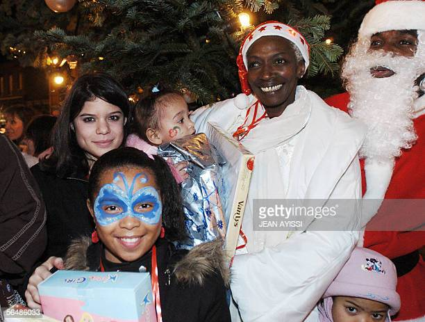 Burundian Princess Esther Kamatari poses with children and Santa Claus for a Christmas eve celebration for poor people 24 December 2005 in...