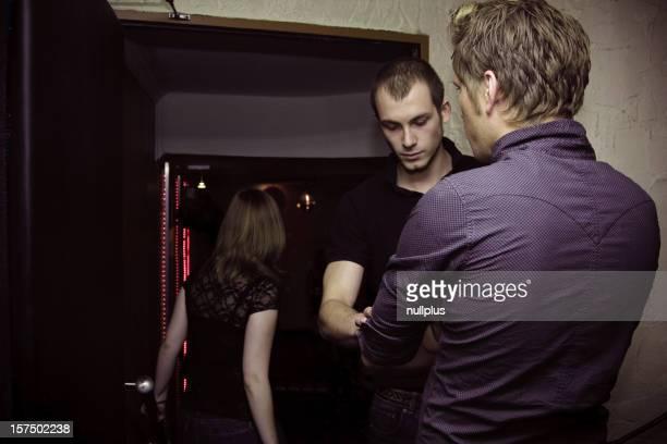 Türsteher, die Menschen in der Diskothek