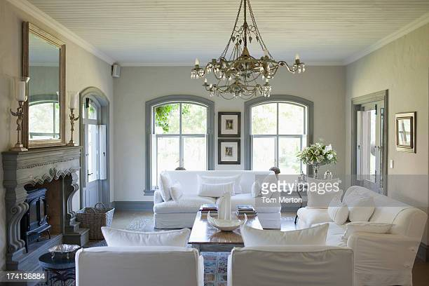Bouquet y plata en la mesa de la sala de estar
