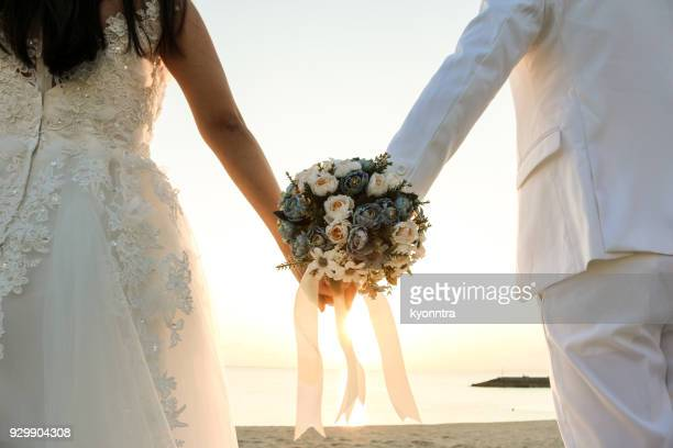 bouquet at the beach - matrimonio foto e immagini stock