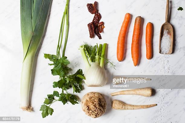 bouquet garni pour boullion, ingredients, celeriac, parsley, fennel, leek, dried tomato and salz - celeriac stock photos and pictures