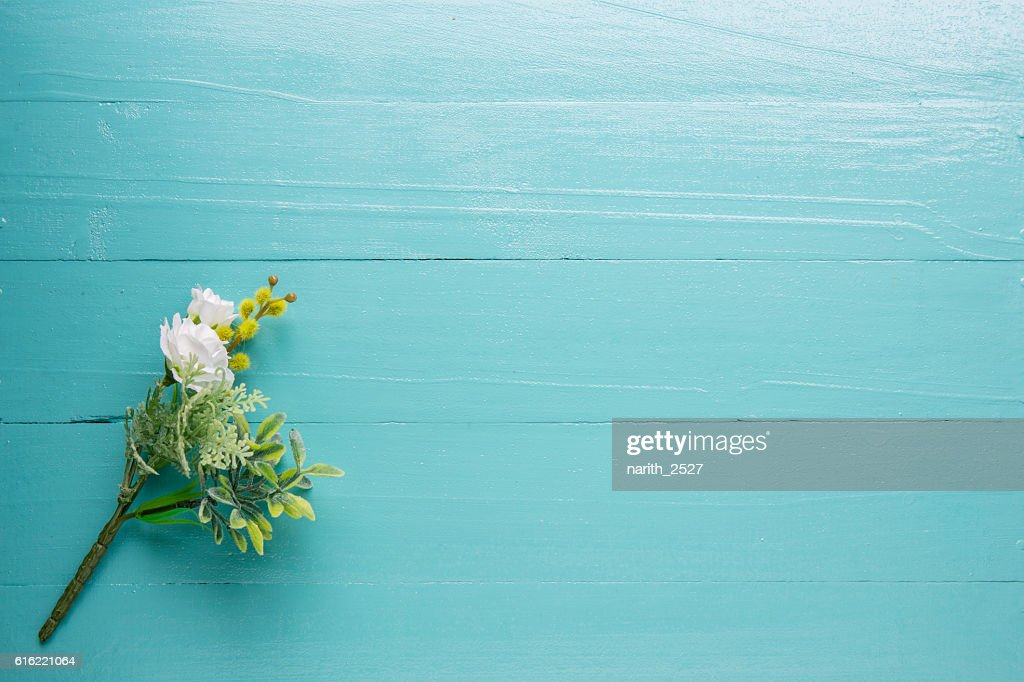 Bouquet of beautiful fresh flower artificial on wood background : ストックフォト