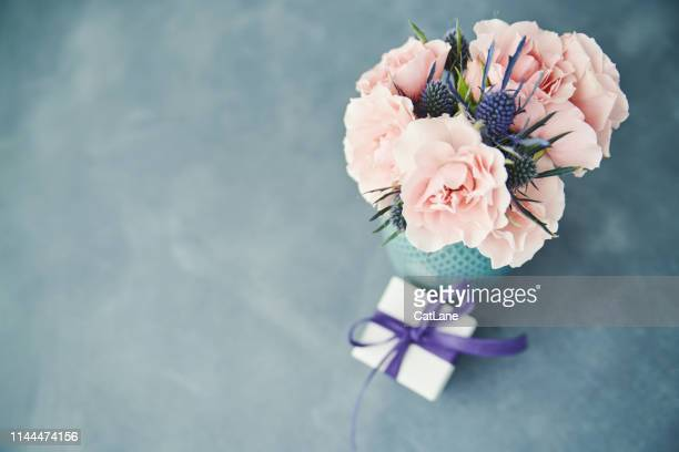 bouquet of fresh pink roses and gift for mother's day - purple roses bouquet stock pictures, royalty-free photos & images