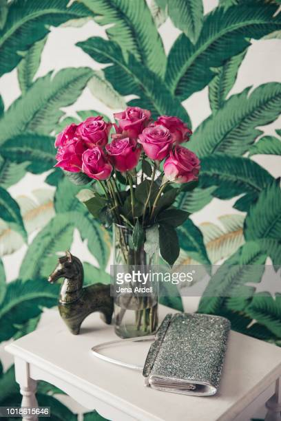 bouquet of purple roses in vase, interior decor, interior wall, interior design, home interior, wallpaper, palm leaves - jena rose stockfoto's en -beelden