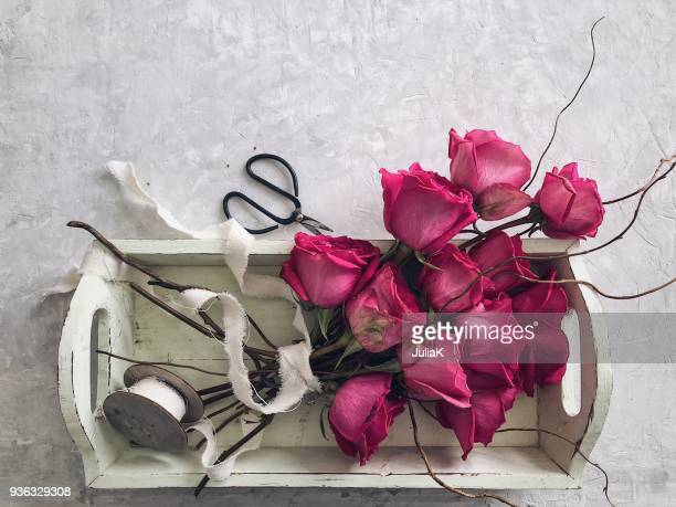 bouquet of roses on a tray with ribbon and scissors - julia rose stock-fotos und bilder