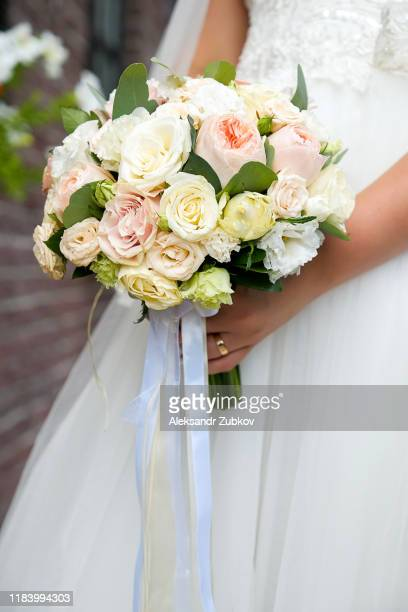 bouquet with pink and white flowers in the hands of the bride. - cérémonie photos et images de collection