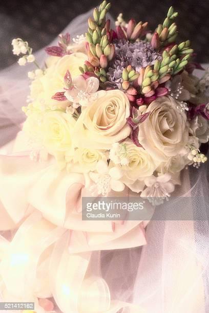 bouquet with white roses - bouquet de muguet fotografías e imágenes de stock