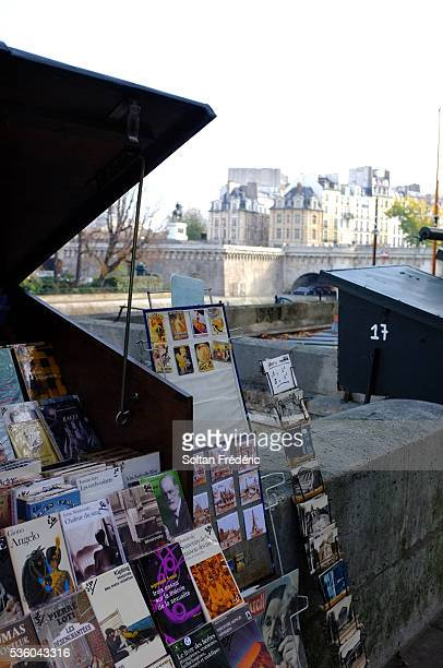 bouquinistes of paris - quayside stock pictures, royalty-free photos & images
