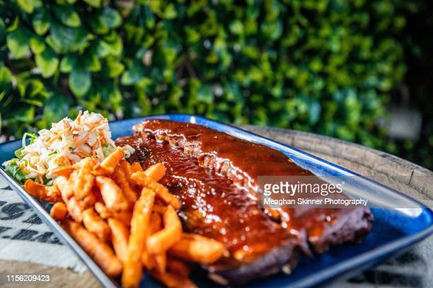bourbon bbq pork ribs with sweet potato fries & slaw - carne de churrasco imagens e fotografias de stock