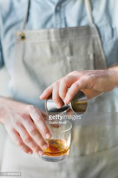 bourbon on the rocks - bourbon whisky bildbanksfoton och bilder