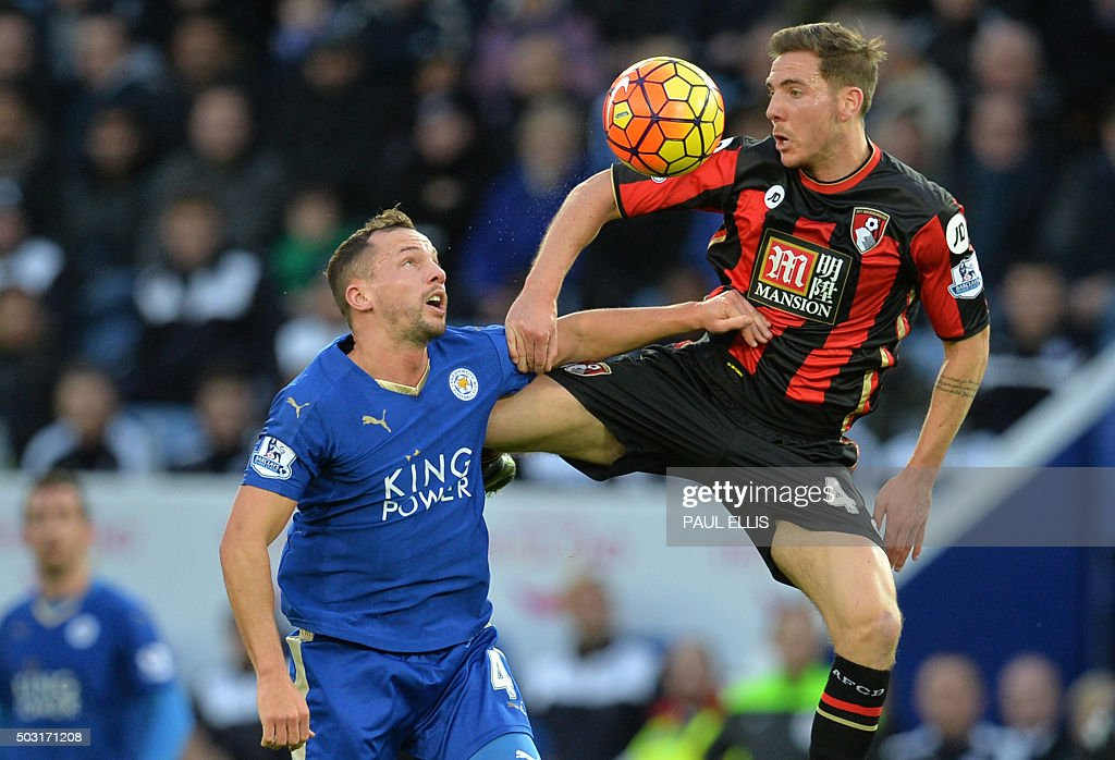 TOPSHOT - Bournemouth's English midfielder Dan Gosling (R) vies with Leicester City's English midfielder Danny Drinkwater (L) during the English Premier League football match between Leicester City and Bournemouth at King Power Stadium in Leicester, central England on January 2, 2016. AFP PHOTO / PAUL ELLIS USE. No use with unauthorized audio, video, data, fixture lists, club/league logos or 'live' services. Online in-match use limited to 75 images, no video emulation. No use in betting, games or single club/league/player publications. / AFP / PAUL