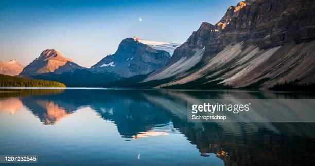 lac bow au coucher du soleil en alberta, canada - pureté photos et images de collection
