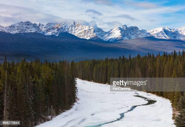 arco de sierra y valle en invierno, parque nacional banff, canadá - alberta fotografías e imágenes de stock
