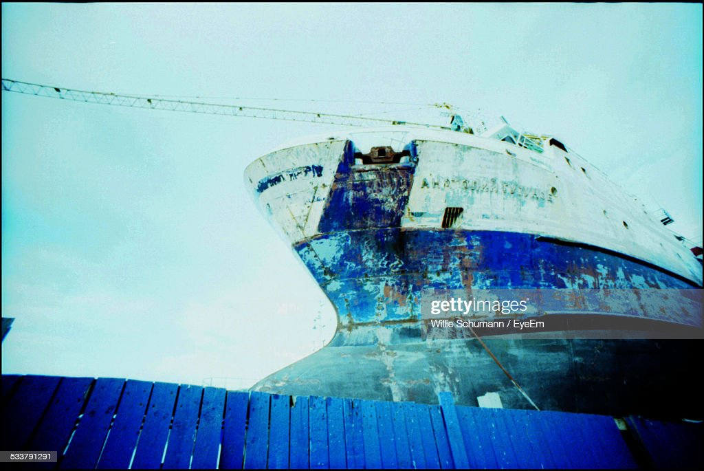 Bow Of Large Ship With Blue Plank Fence In Foreground : Foto stock
