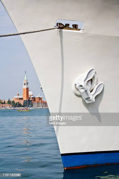 bow of ship with building in background - schiffsbug stock-fotos und bilder
