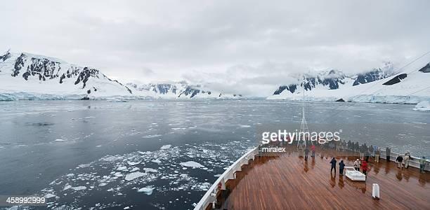 Bogen des Schiffs mit Touristen genießen Sie die Antarktis-Landschaft