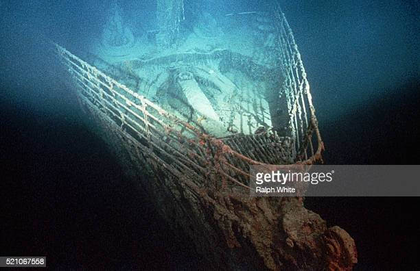 bow of shipwrecked titanic - titanic stock pictures, royalty-free photos & images