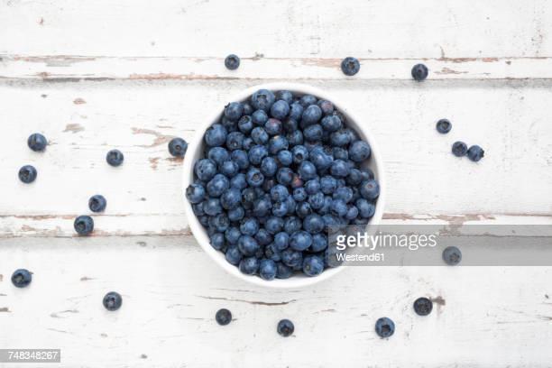 bowl of blueberries on white wood - mirtillo foto e immagini stock