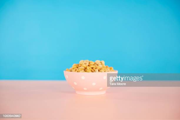 bowl of cereal with blue and pink background - saladeira - fotografias e filmes do acervo