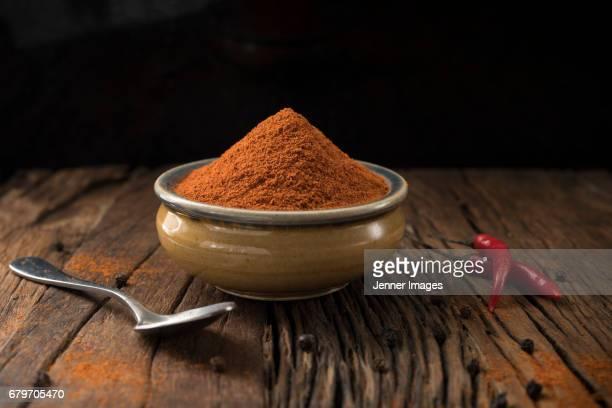 a bowl of chilli power. - pimenta em pó - fotografias e filmes do acervo