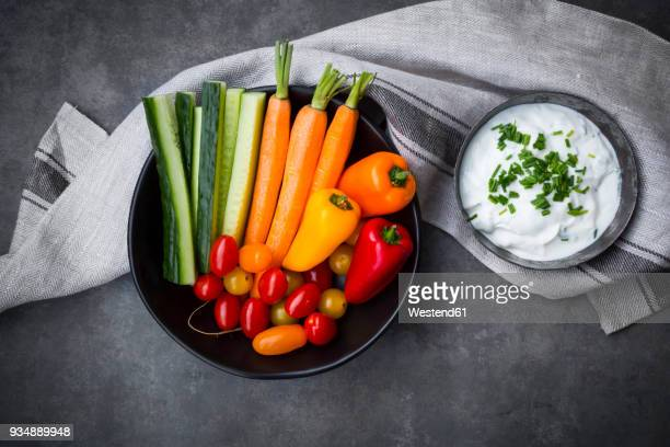 bowl of chive dip, cherry tomatoes and various vegetable sticks - チャイブ ストックフォトと画像
