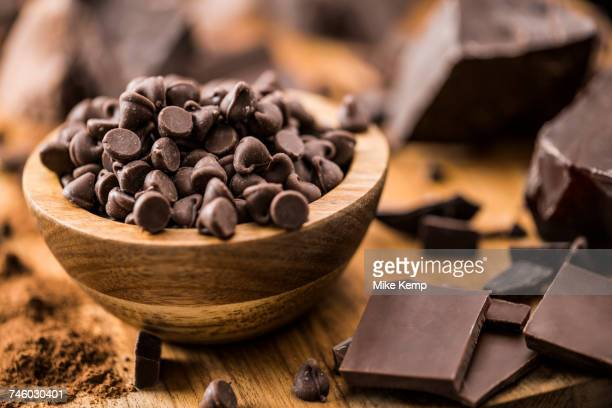 bowl of chocolate chips and various chocolate pieces on cutting board - ダークチョコレート ストックフォトと画像