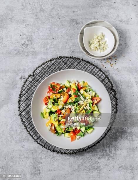 bowl of fresh salad on gray background - blauwschimmelkaas stockfoto's en -beelden