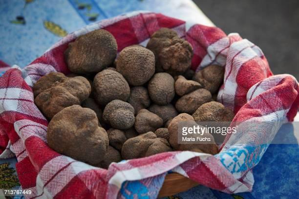 bowl of fresh truffle mushrooms on market stall, aups, alpes-de-haute-provence, france - アルプドオートプロバンス県 ストックフォトと画像