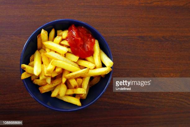 a bowl of fries - fries stock-fotos und bilder
