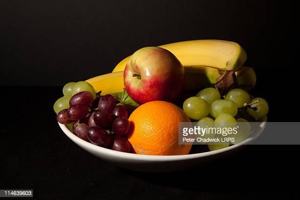 bowl of fruit - fruit exotique photos et images de collection