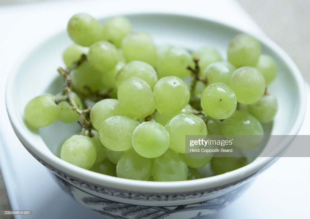 Bowl of green grapes, close-up : Stock Photo