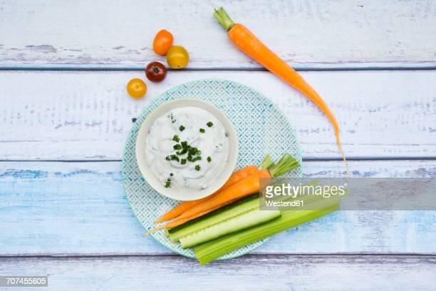 bowl of herb yoghurt dip and vegetable sticks on plate - タレ ストックフォトと画像