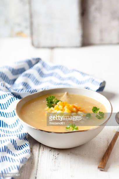 bowl of homemade chicken stock with potatoes, carrots and parsley - chicken soup - fotografias e filmes do acervo