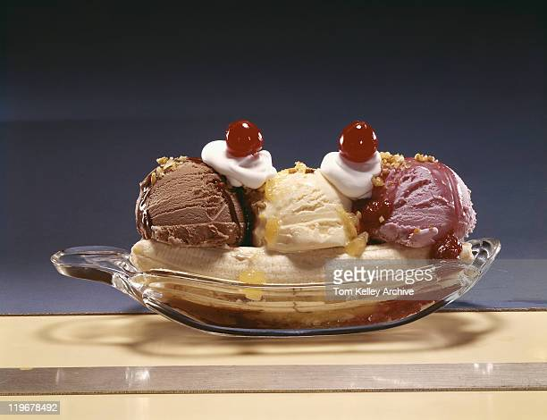 bowl of ice cream against grey background, close-up - 1962 stockfoto's en -beelden